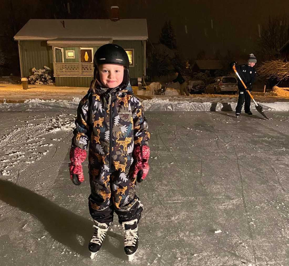 Syskonen Alma, 6, och Alvin, 11, fick sin dröm uppfylld när mamma och pappa byggde en egen hockeyrink på tomten.