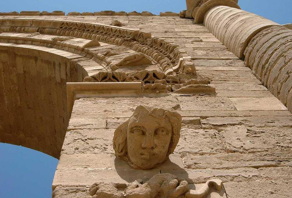 En skulptur av ett kvinnoansikte vid ruinerna i Hatra