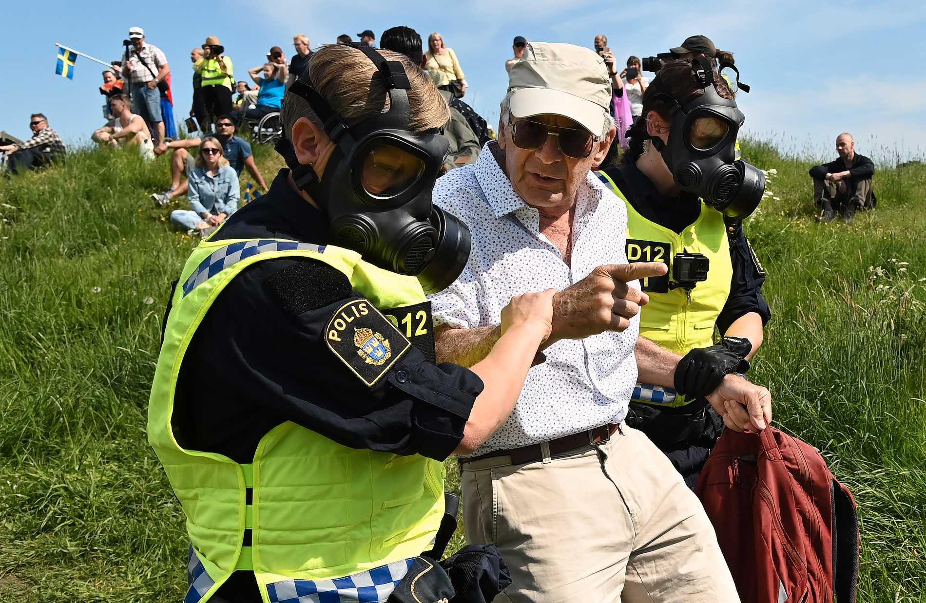 Polis för bort en demonstrant vid Gärdet i Stockholm.