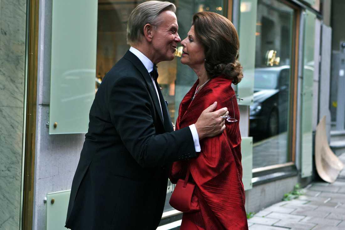 Noppe Lewenhaupt tar emot drottning Silvia på sin 60-års dag.
