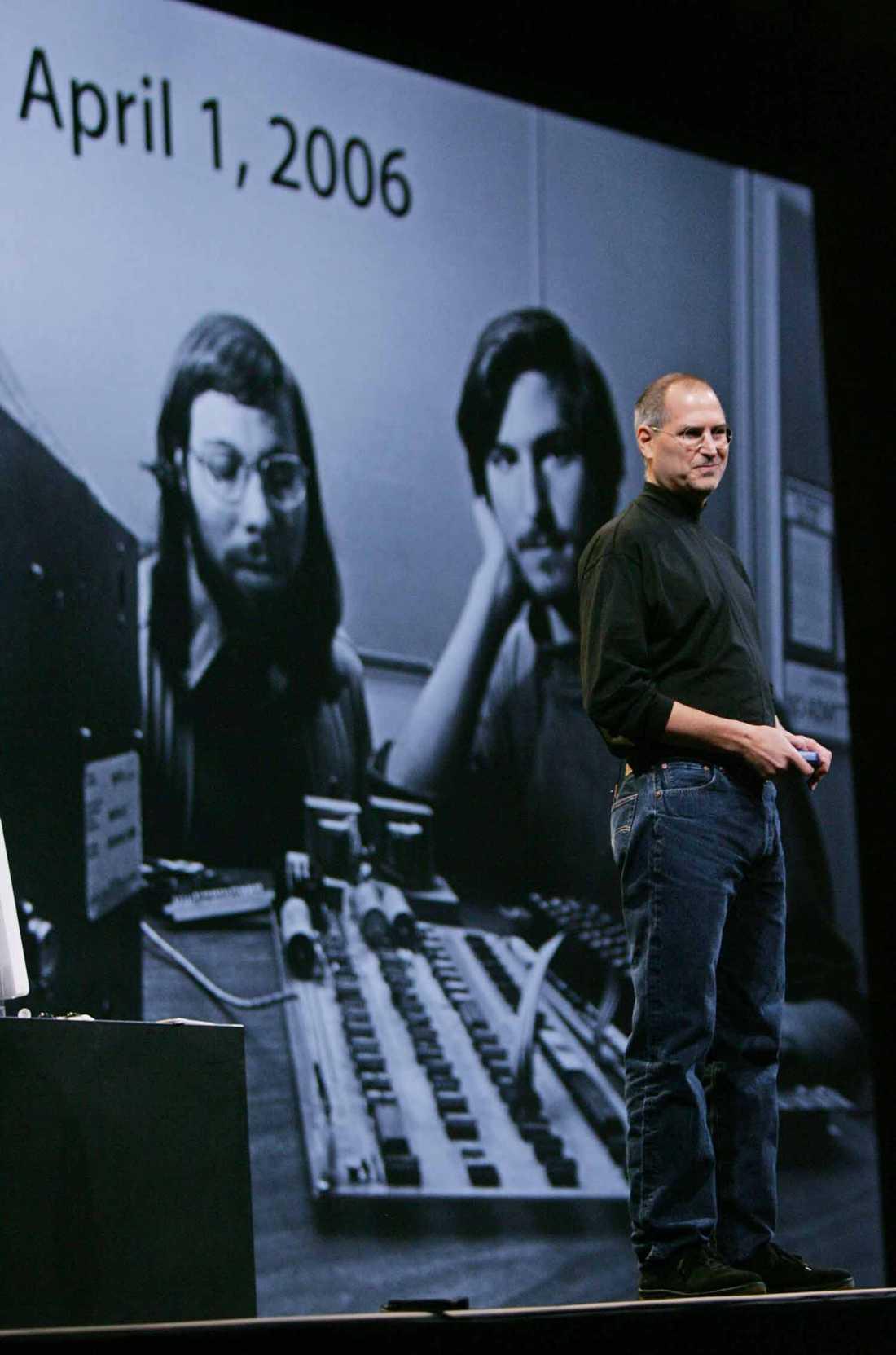 30 år 2006 fyllde Apple 30 år och Steve Jobs ler åt den 30 år gamla bilden på honom och medgrundaren Steve Wozniak på MacWorld i San Fransisco.