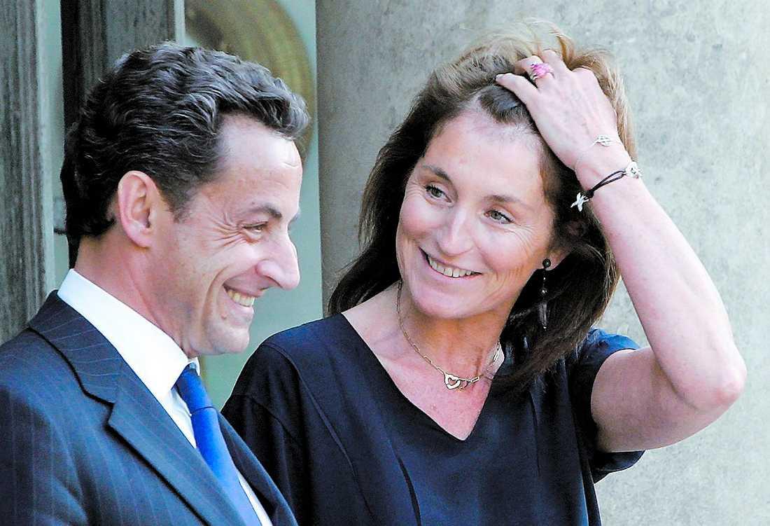 I juni i fjol – några månader före skilsmässan – log Nicolas och Cécilia Sarkozy fortfarande mot varandra. I alla fall inför fotograferna.