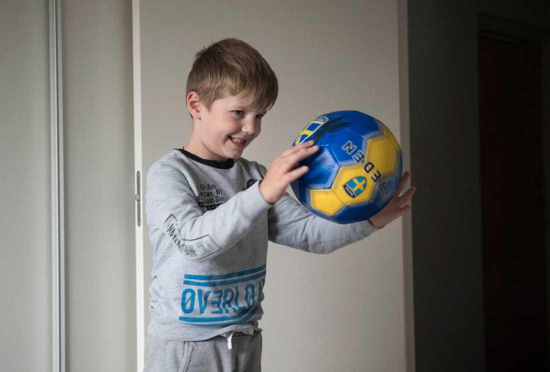 Utvisningen av Denis, 6, stoppas i väntan på en ny utredning.
