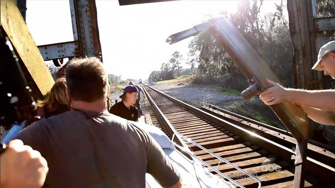 Här syns regissören Randall Miller plocka undan delar av rekvisitan från tågspåret, bara sekunder innan olyckan. I tumultet höll han själv på att träffas av tåget, något han även framhöll i rättegången.