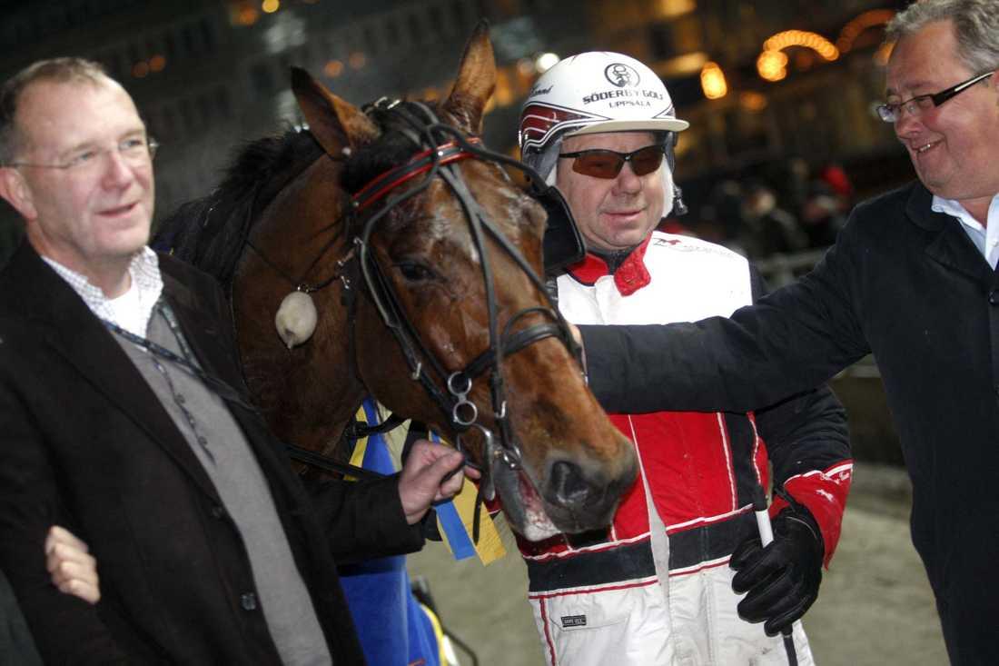 Tommy Hanné tillsammans med stjärnhästen Access Tooma och uppfödaren Mats Gabrielsson.