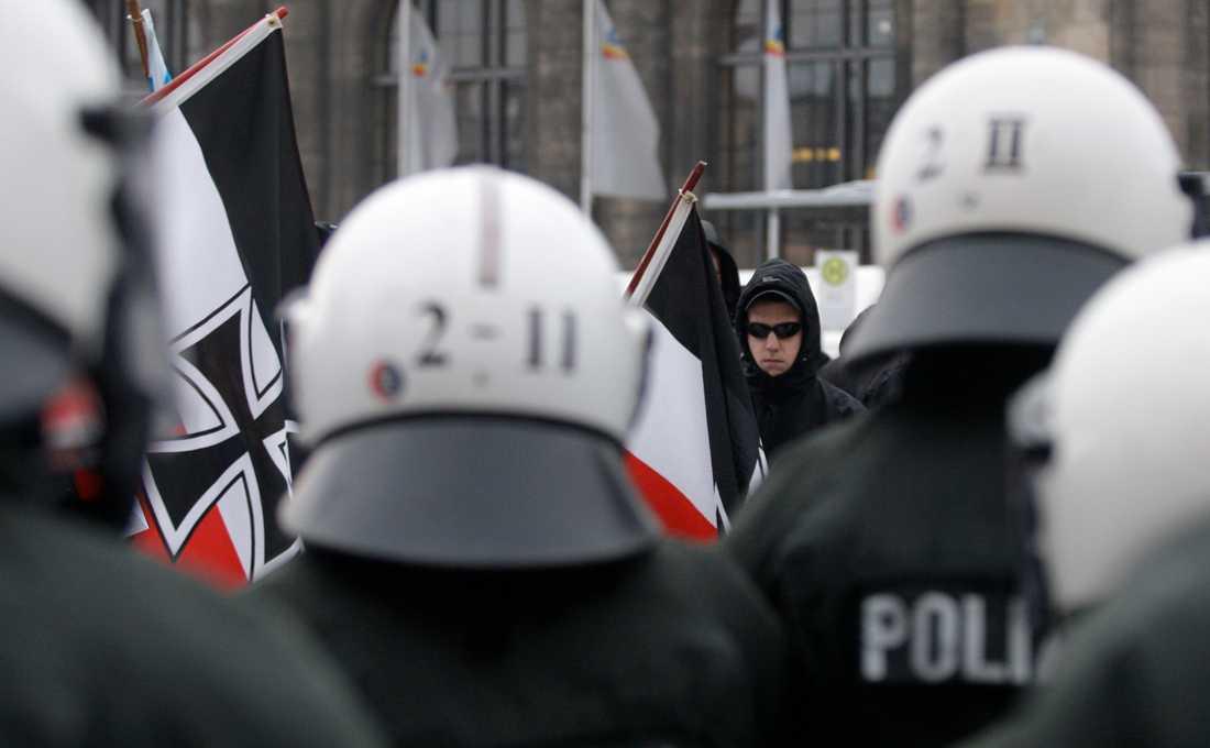 Tyska poliser övervakar en högerextrem demonstration i Dresden. Bilden är från 2010 och personerna har ingen koppling till texten. Arkivbild.