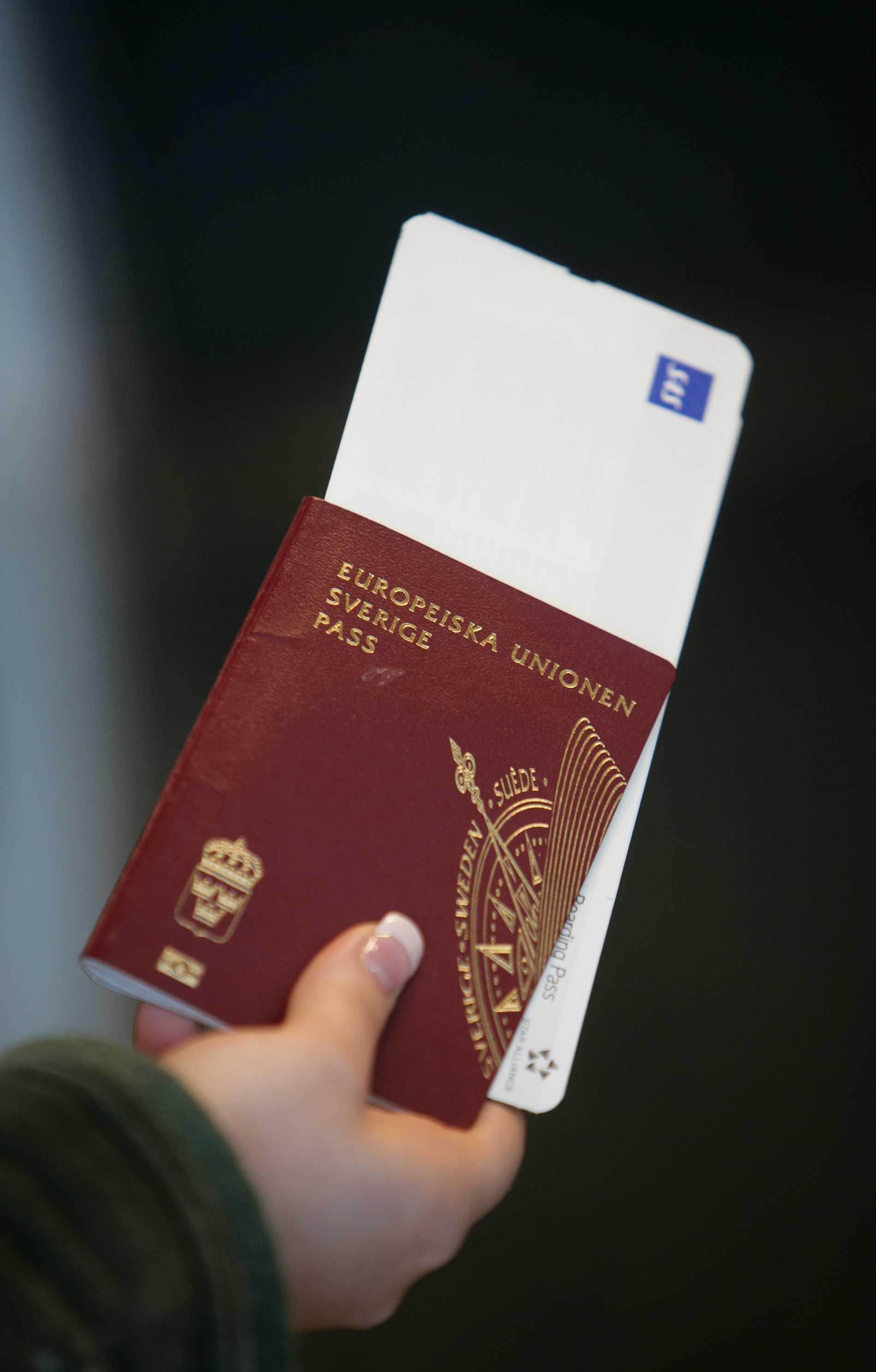 Passagerare med pass och boardingkort på Arlanda flygplats.