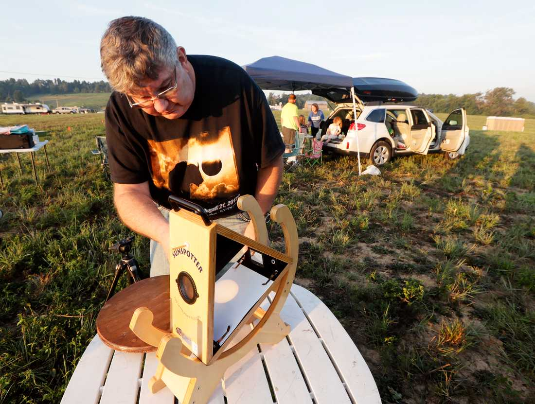 Mark Renz, från Rochester, New York, förbereder sin utrustning för att tryggt kunna följa solförmörkelsen från en plats i Kentucky.