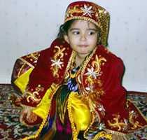 Min dotter klädd i en Uzbekisk nationaldräkt. Hon fick den som present av sin farmor och farfar.