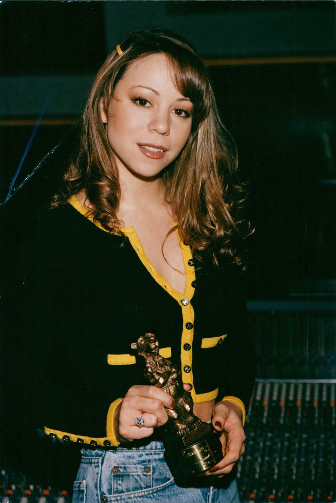 Årets utländska artist 1994. Mariah Carey kan posera bättre än alla andra med i princip vad som helst. Inte ens Rockbjörnen får henne att tappa fattningen.