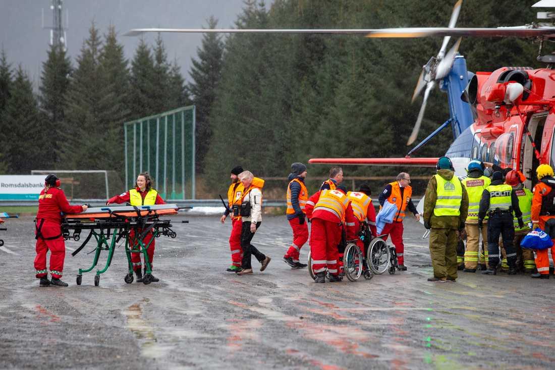 Människor har tagits med helikoptrar in till land.