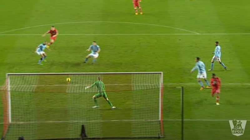 TABBE 2 Sedan var det Gareth Barrys tur att bjuda Southampton på ett mål då han ostörd styrde bollen i eget mål. Otagbart för Hart.