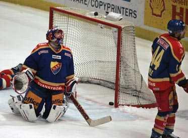 SLUTET Magnus Kahnberg har just gjort 1–0 för Frölunda – med 14 sekunder kvar. NHLstjärnan Dan Boyle (t h) kan bara konstatera att hans jättetavla blev oerhört ödesdiger.