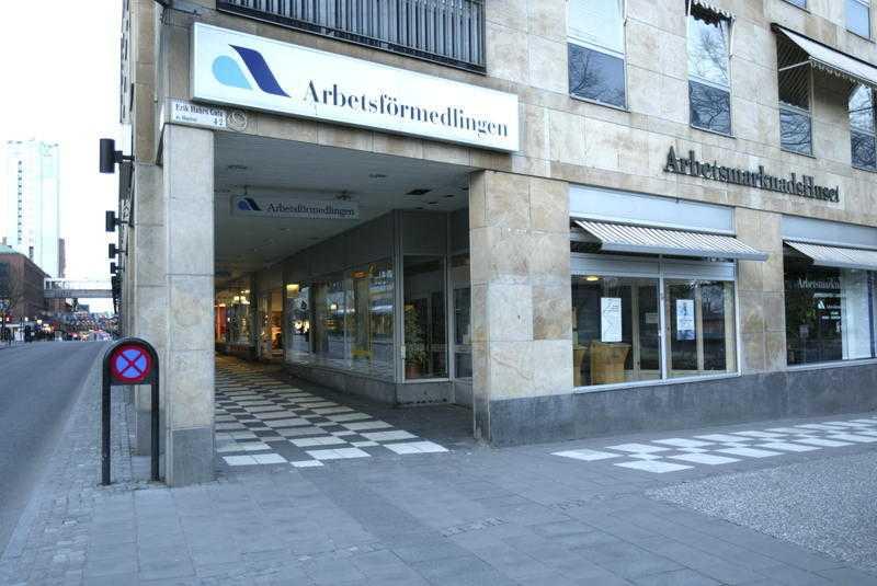 Jobbcoachningsföretagen levererar ingenting vettigt i förhållande till hur mycket av våra skattepengar de får, menar Mikael Glännström.