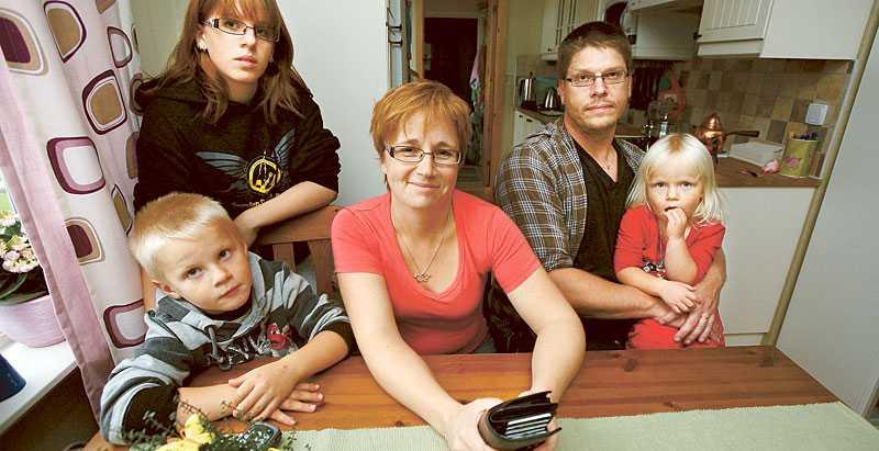 """JOBBSKATTEAVDRAG – NEJ TACK """"Får man lite mer pengar blir det dyrare någon annanstans"""", säger Diana Östergren i småländska Reftele. Här med sin man Roger och barnen Leo, Therese och Moa."""