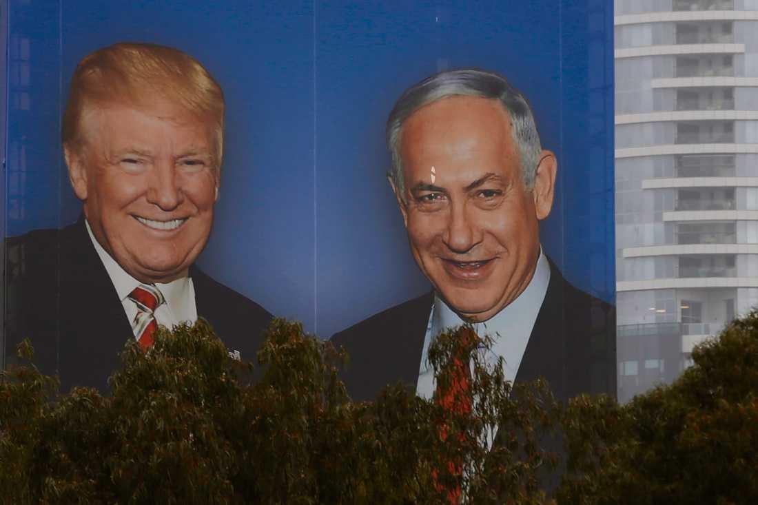 Benjamin Netanyahu använder sin goda relation till Donald Trump i kampanjmaterial inför vårens val. Arkivbild.