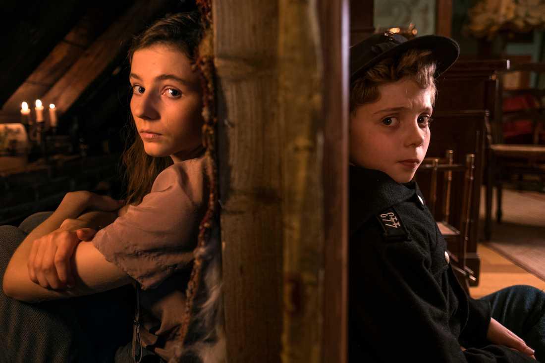 """Thomasin McKenzie och Roman Griffin gör två av huvudrollerna i """"Jojo Rabbit"""". Pressbild."""