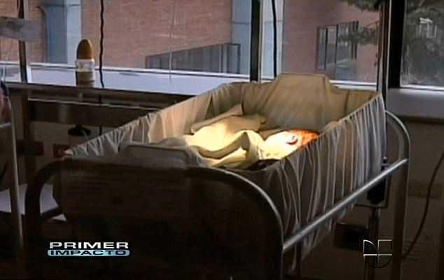 Bebisen Den lilla flickan vägde 2490 gram och uppges vara fullt frisk. Hennes tioåriga mamma vägrar dock att amma henne.