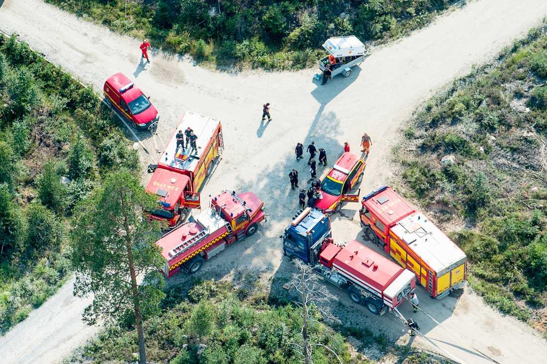100 brandmän slåss outröttligt mot elden i skogarna utanför Sala.