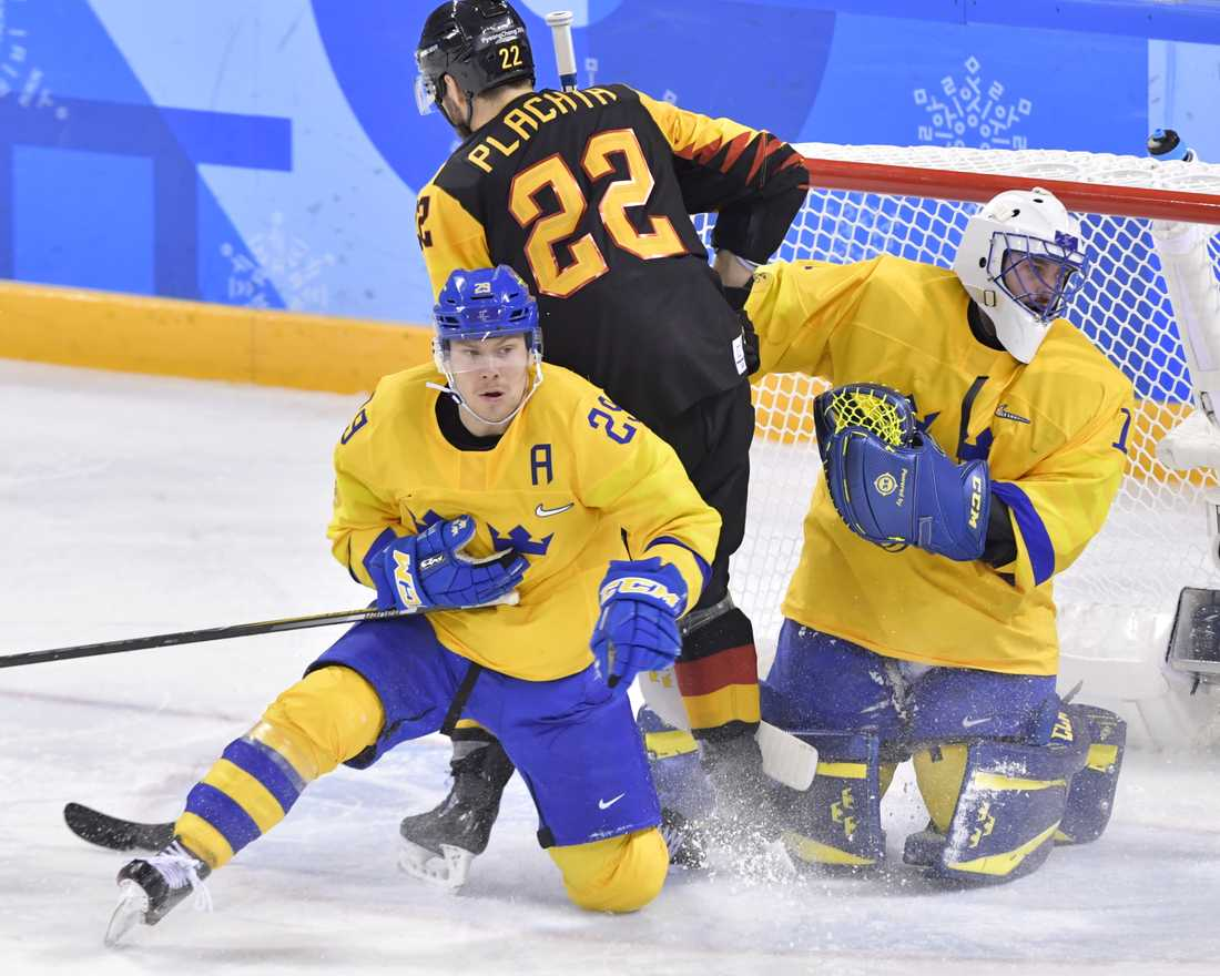 Erik Gustafsson täcker framför målvakten Jhonas Enroth i OS-gruppspelsmötet med Tyskland.