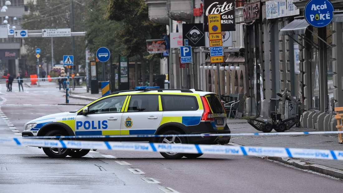 Polisen spärrade av ett stort område kring Amiralsgatan i centrala Malmö efter larm om ett misstänkt farligt föremål.