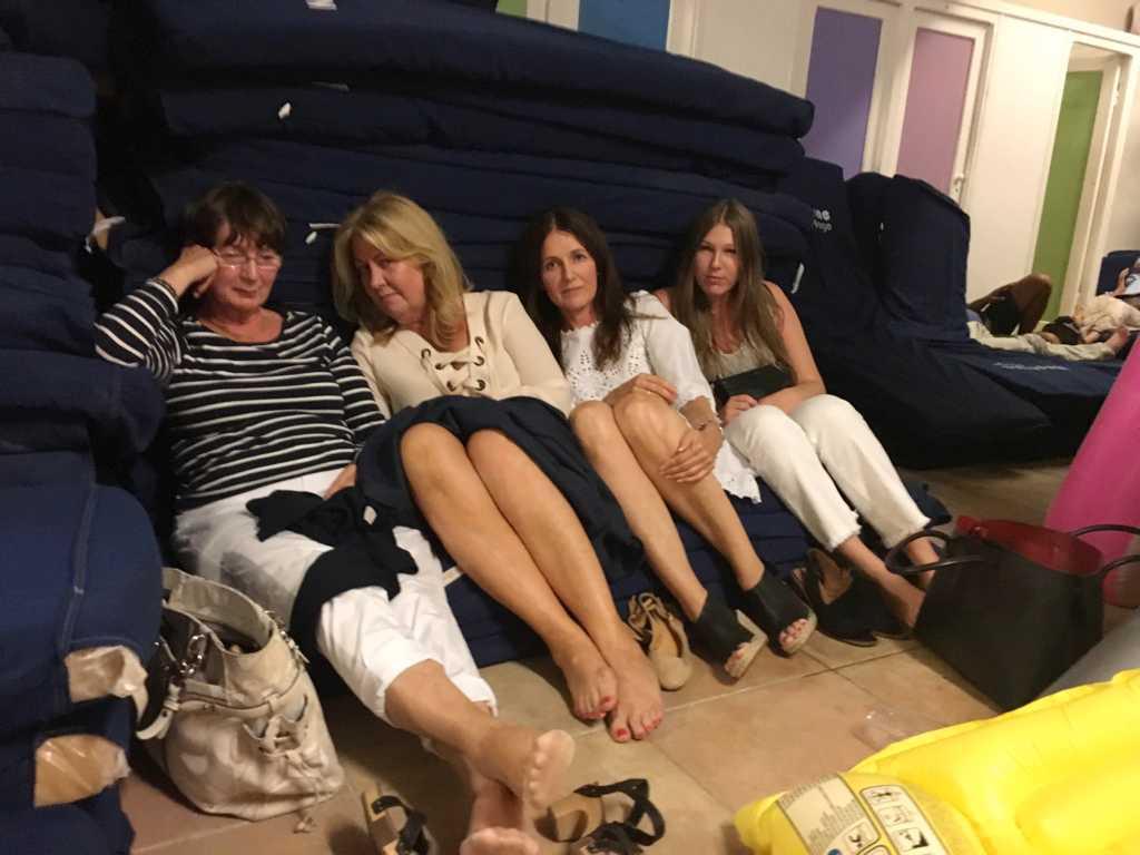 Birgit Eriksson , Åsa Kullberg-Michels, Anna Wänblad och Isabelle Johansson gömmer sig på hotellrum i Nice.