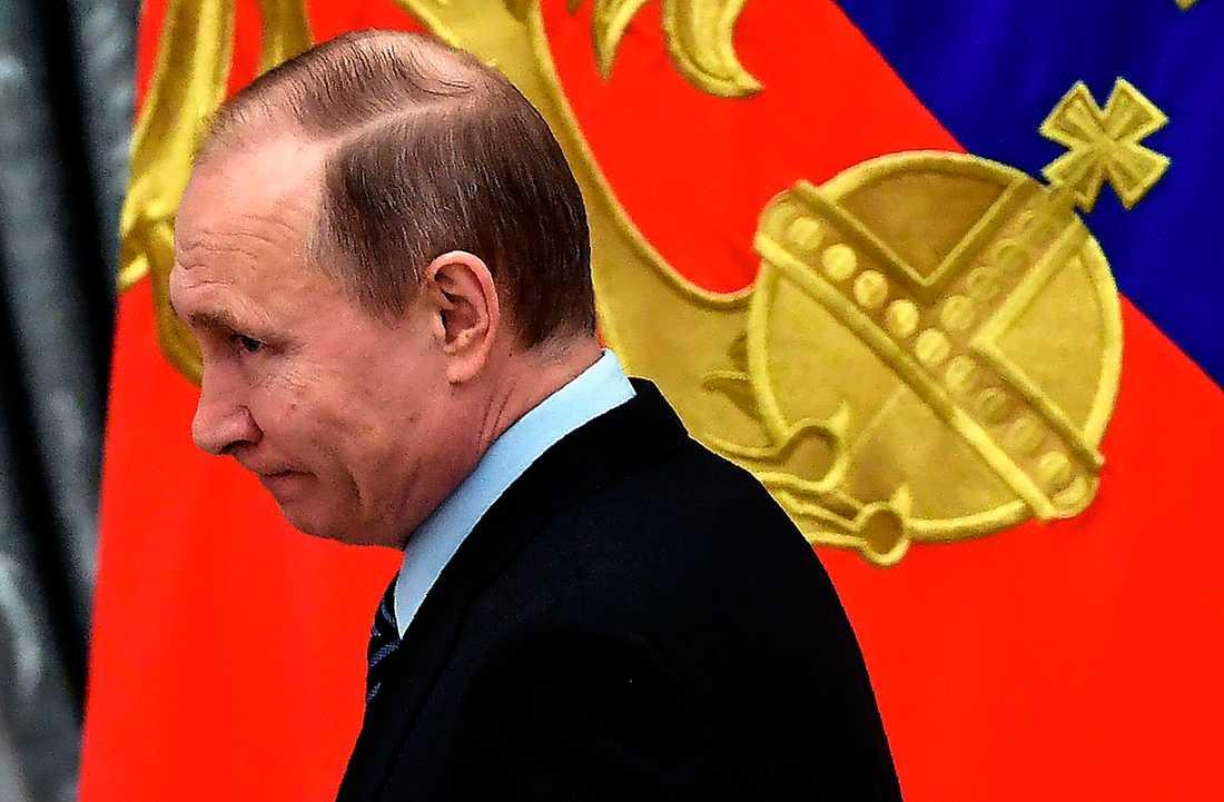 Bilden av Putin som en allsmäktig rysk tsar är främst skapad av kretsen kring honom, men också av politiker och journalister i väst, hävdar Michail Zygar i en ny bok.