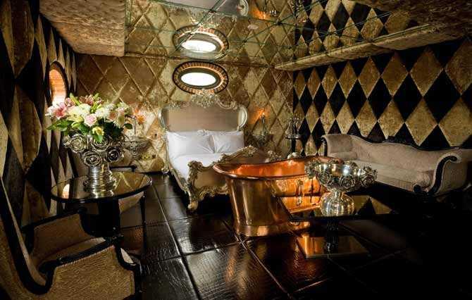 CRAZY BEAR Det äldsta huset i Old Beaconsfield, nordväst om London, har omvandlats till ett exklusivt litet hotell. Inredningen är en orgie i kristall, läder, tenn och marmor. Aladdin-grottan, som ligger under jord, har spegelväggar och ett golv i svart läder. I trädgården finns en stor pool och jaccuzzi som är uppvärmda året om. Prisläge: Från drygt 2 000 kr/natt/person. www.crazybeargroup.co.uk