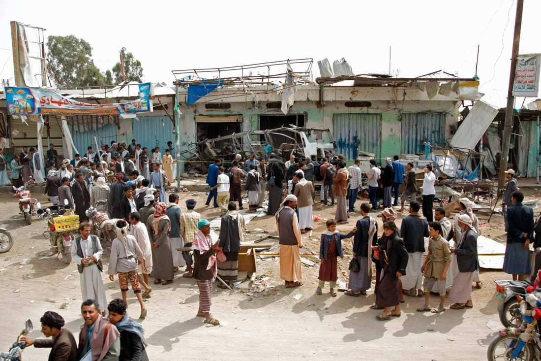 Folk har samlats efter en dödlig flygattack i Saada, Jemen.