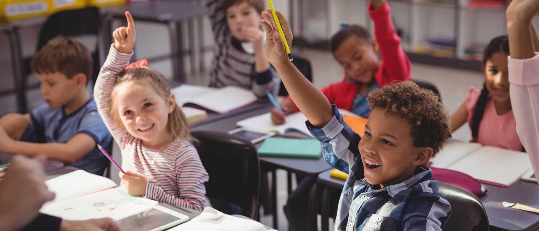 Barn mellan sex och sju år börjar i skolan, och är nyfikna på att lära sig läsa och skriva.