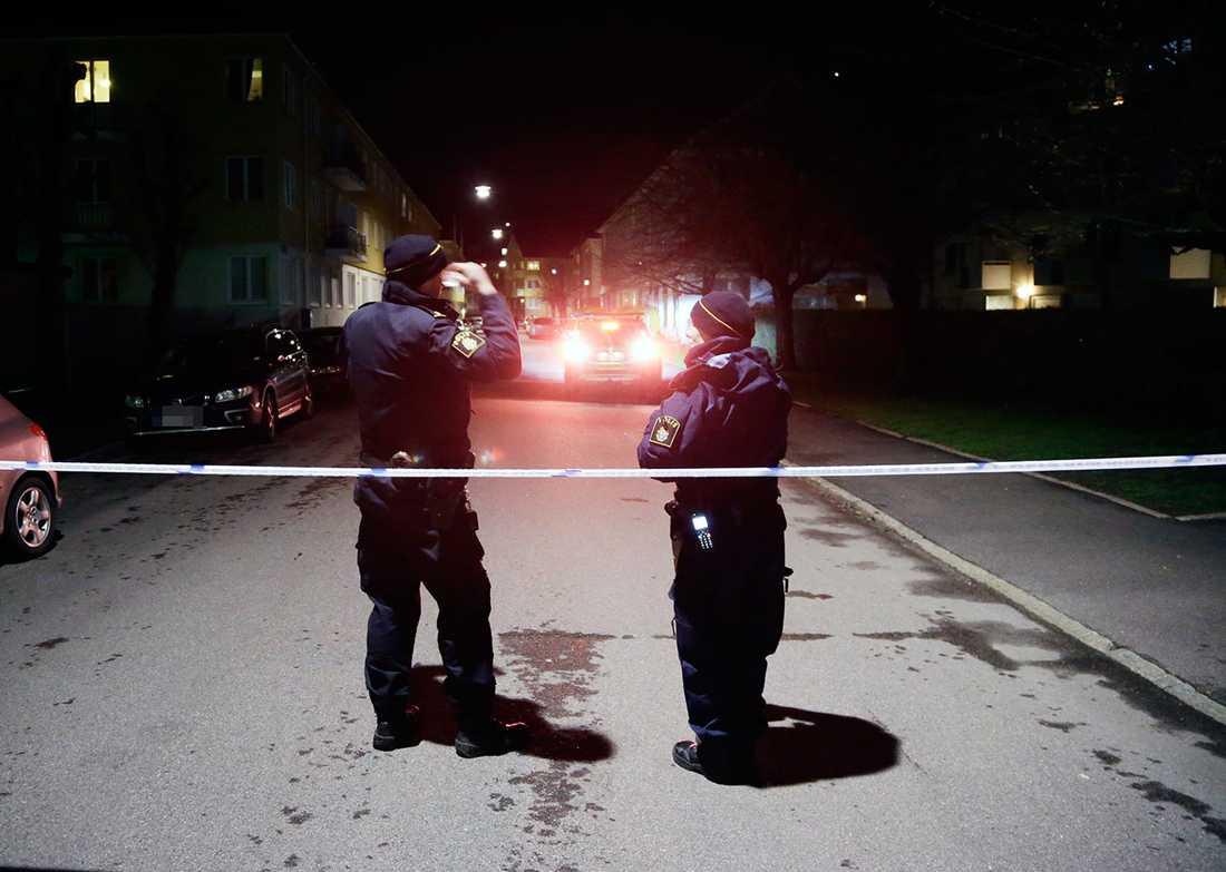 Polis i bostadsområdet där en man sköts ner.
