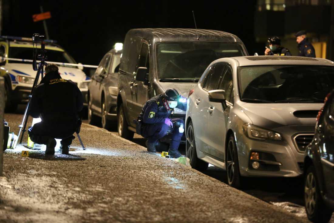 Polistekniker på plats efter knivdådet på Skärmarbrinksvägen där två personer blev attackerade.