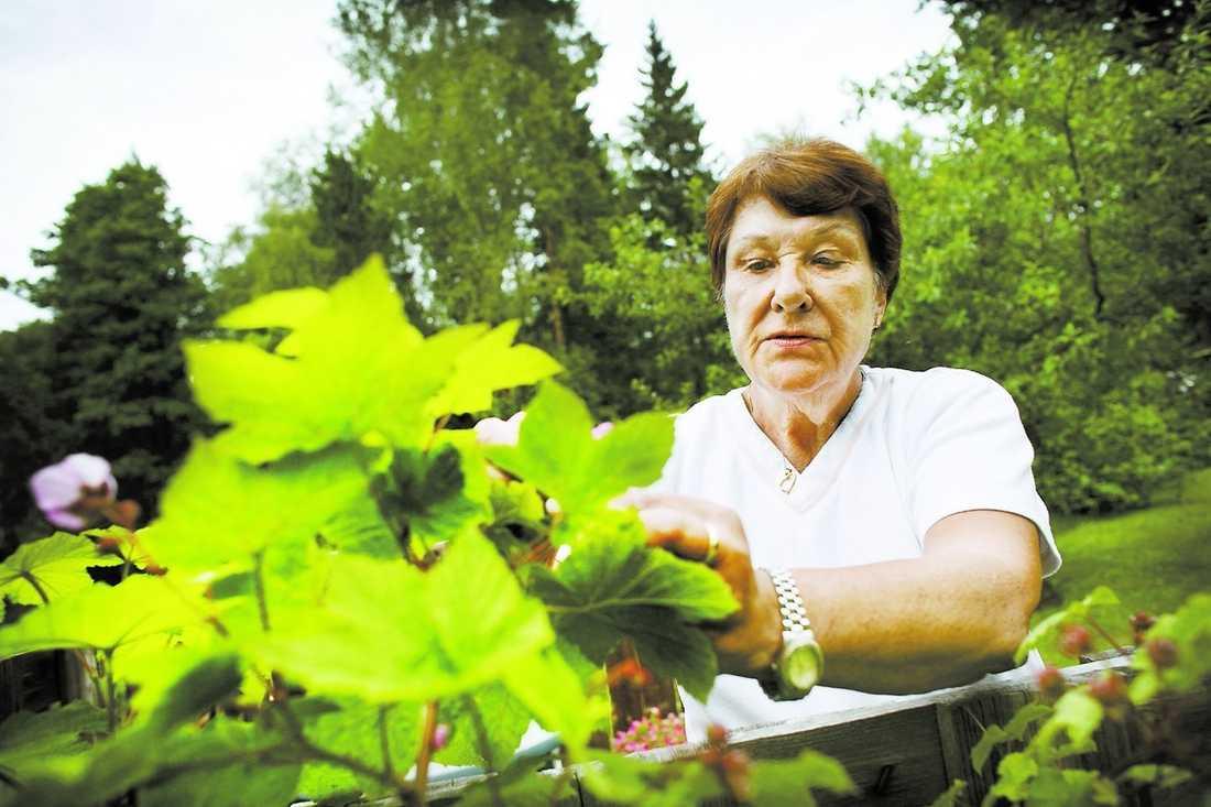 """mår bättre i dag """"Hade jag inte tagit smärtorna i bröstet på allvar kanske jag inte hade funnits här i dag"""", säger Kerstin Andersson, 64. För tre år sedan drabbades hon av hjärtinfarkt. På sjukhuset fick hon också veta att hon hade diabetes typ 2. Sjukdomen har fått henne att helt ändra livsstil."""