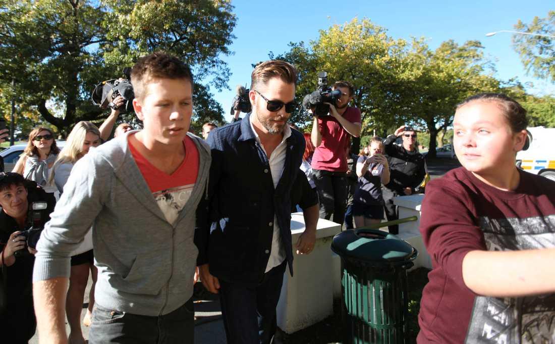 Chris Pine på väg till rätten.