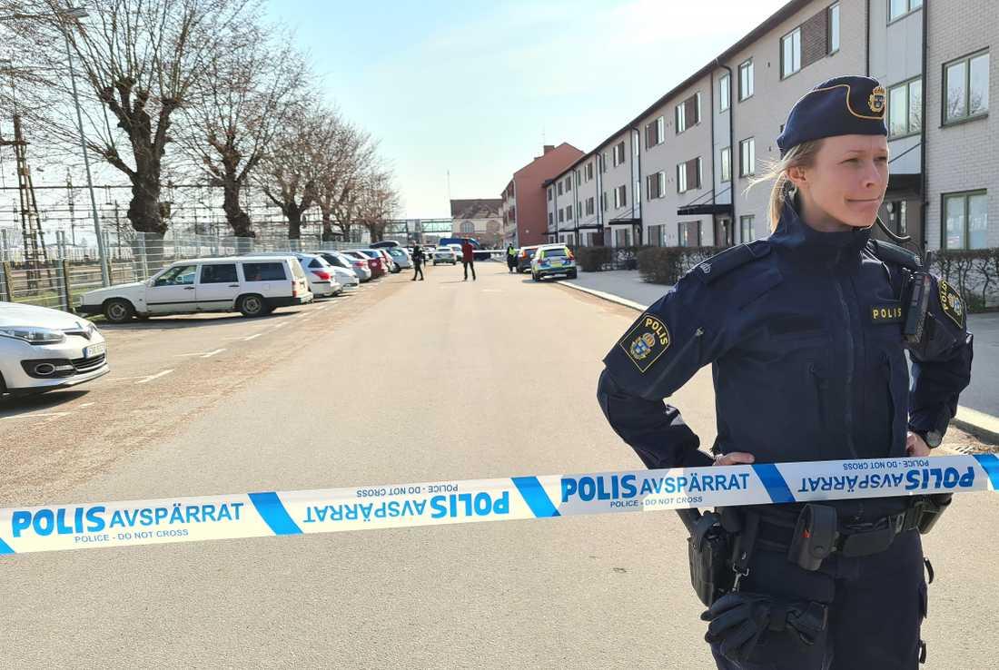 Polis på plats i centrala Alvesta. Ett område i centrum har spärrats av för utredningen.