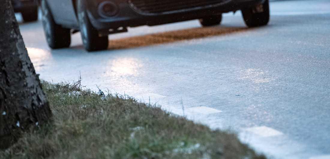Glashalt på vägar i södra Sverige gör att polisen uppmanar bilister att undvika delar av E6.