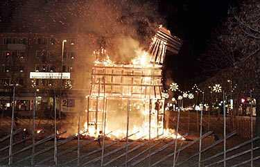 Den berömda julbocken i Gävle brann ner i natt.