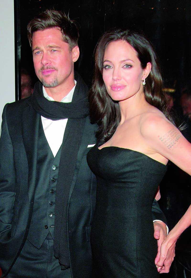 Angelina Jolie håller hårt i sin sambo Brad Pitt. Hon störs av att han håller så tät kontakt med sitt ex Jennifer Aniston.