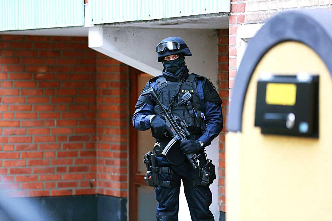 Tungt beväpnad polis utanför judisk institution i Malmö.