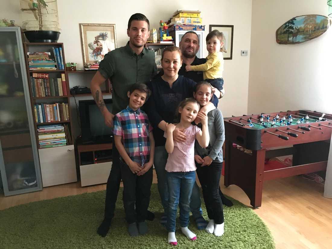 Robin Bengtsson tillsammans med Mikhail och Natalia Prihodko och fyra av deras fosterbarn, Sasha, 10, Ira, 12, Carina, 6, och Nica, 2.