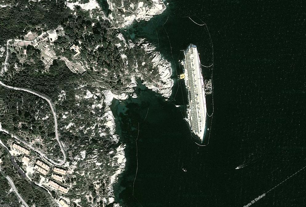 Syns på satellitbilderna Costa Concordia är så stort att det syns på satellitbilder.