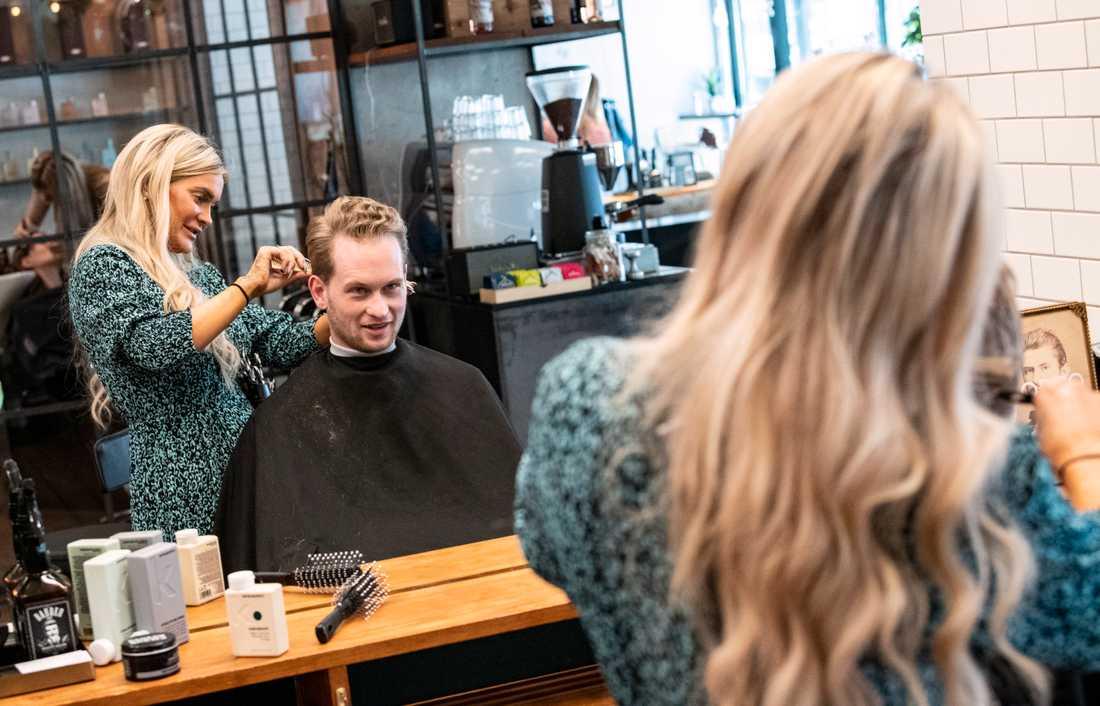 Christian Mejlvang, masterstudent, får håret klippt av frisör Katrine De Witt, på Rodeo i Valby i Köpenhamn. Det var nästan tre månader sedan han klippte sig.