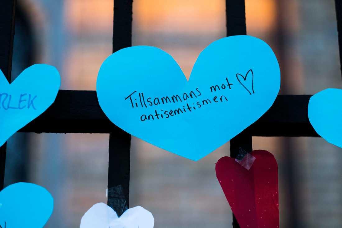 Människor satte upp lappar utanför synagogan i Göteborg efter attentatet i december 2017.