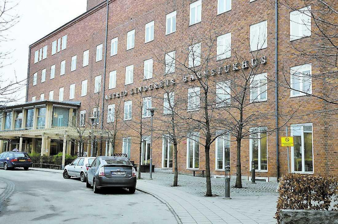 Den misstänkta läkaren jobbar här på Astrid Lindgrens barnsjukhus.