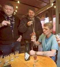 Bernt Ørstedt, Per Blach och Jarle Gerde smakar –och är skeptiska.