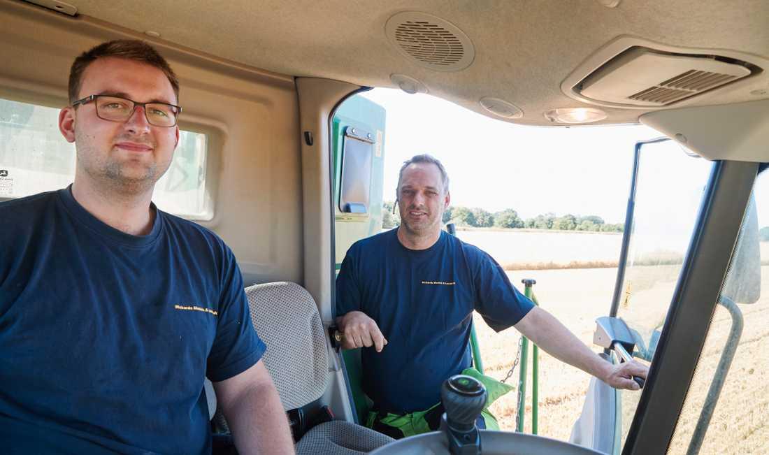 Mattias Wikström (till vänster) är egentligen lärare, men hjälper pappa Rickard Andersson (till höger) med skörden.