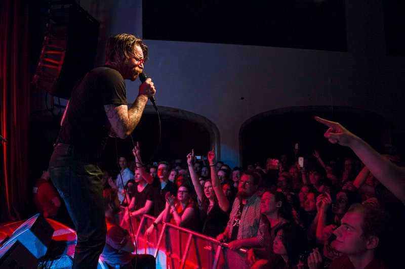 Jesse Hughes framför publiken på ett utsålt Debaser Medis i februari i år.