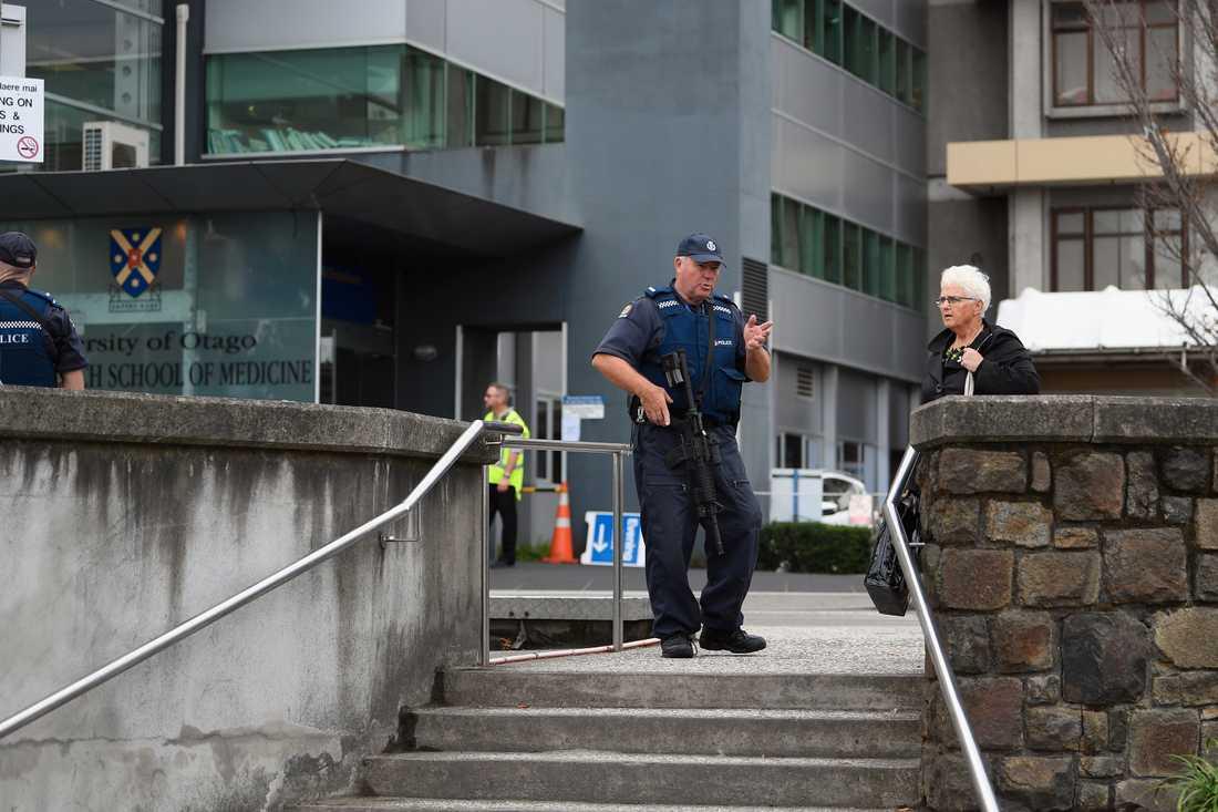 Tungt beväpnad polis patrullerar utanför Christchurch Hospital i Christchurch, Nya Zeeland.