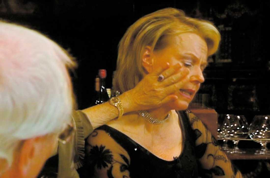 FÅR TRÖST Britt Ekland torkar Arjas tårar i programmet.