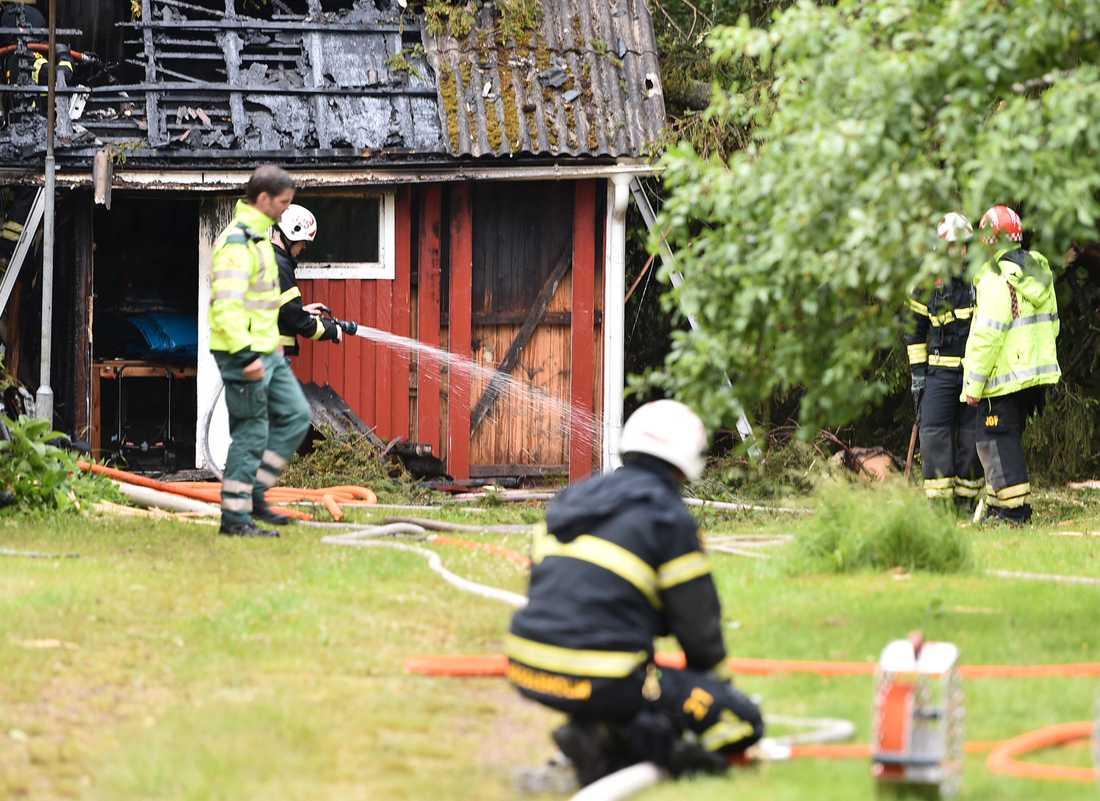 Brandkåren på plats i Tyringe där blixten slog ned i en mindre bostad som började brinna.